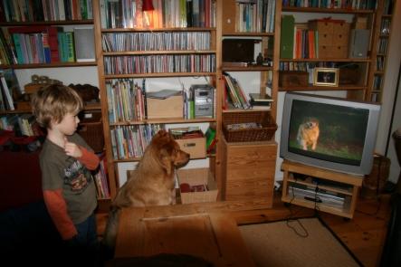 Gezellig samen tv kijken... wat was Ivar toen nog netjes!